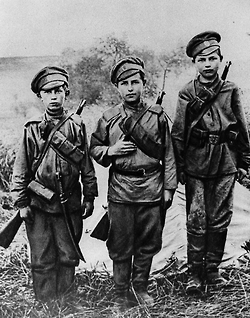 British Boy Soldiers during WWI: An important back up for the long war. (Photo: Tumblr)